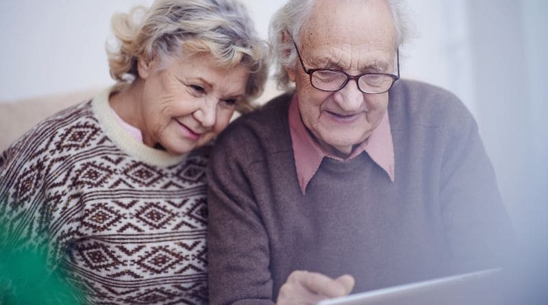 An old couple looking at a table as they learn if they qualify for medicaid in Florida